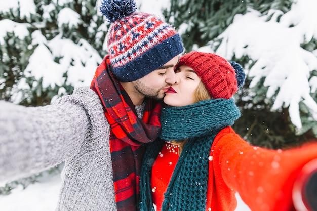 森のセルフな人のためにキスするカップル