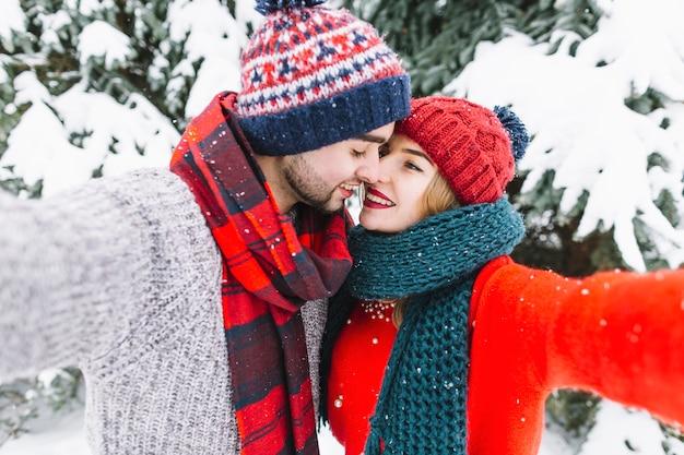 セルフを取る恋人の優しいカップル