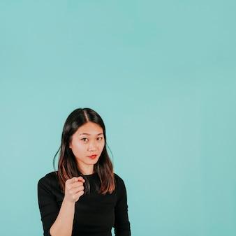 Азиатская женщина, указывая на камеру