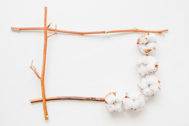 小枝と綿のフレーム