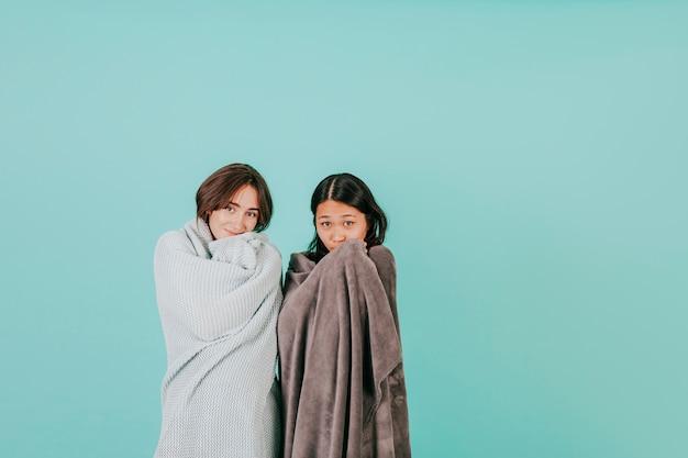 若い女性が毛布で包む