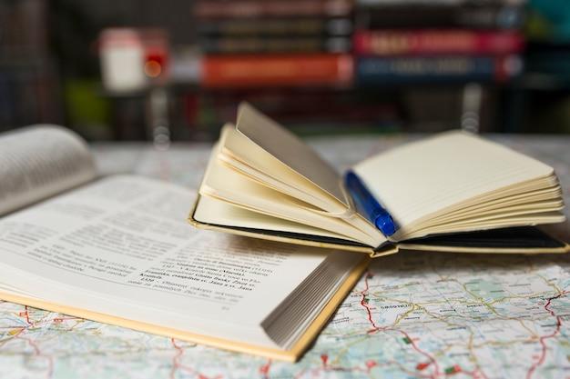 地図上の素敵なガイドブックとノート