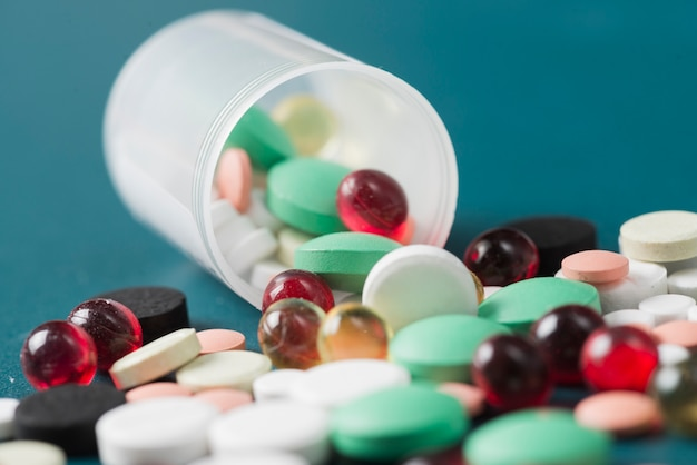 錠剤とプラスチックカップ