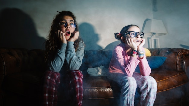 十代の女の子は映画で怖がっている