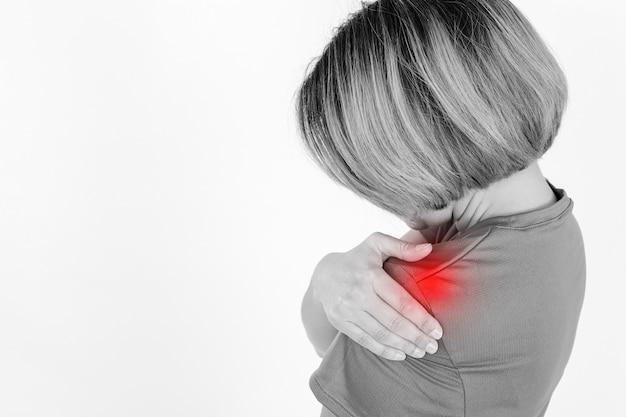 Безликая женщина с больным плечом