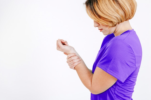 スタジオで腕を傷つける女性