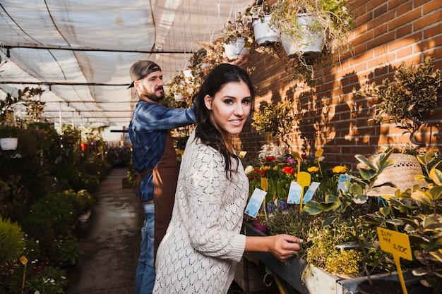 温室で植物を手入れする人々