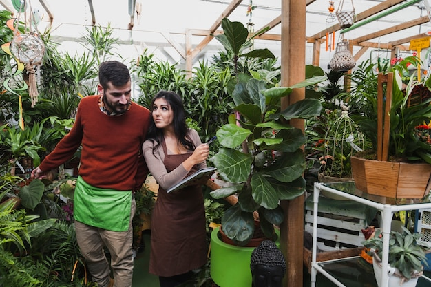 大きな植物の近くの園芸家