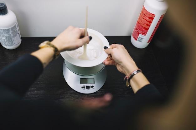ヘアカラーを準備する作物美容師