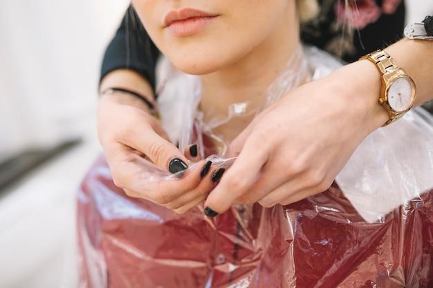 手作りの美容師が保護帽子を着て