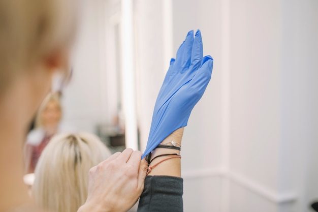 手袋をかける美容師