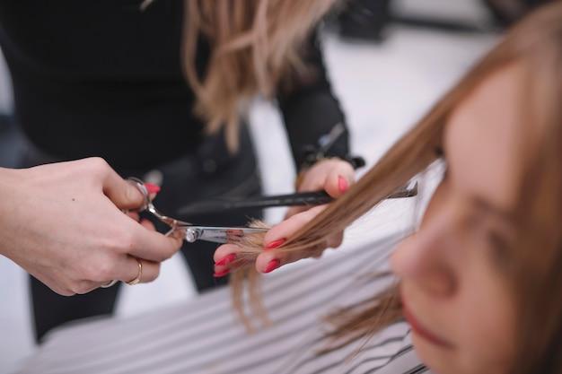 Анонимный стилист обрезки волос