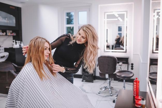 クライアントに話す明るい美容師