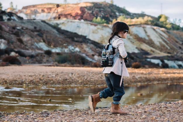 川で歩く少女