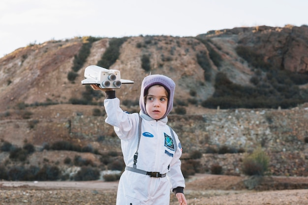 自然の中で遊ぶ宇宙飛行士の少女