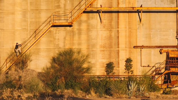 放棄された建物を歩いている人