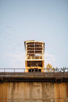 放棄された建物と澄んだ空