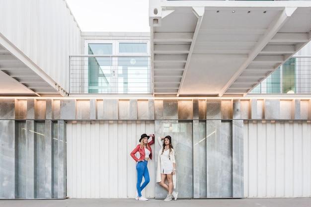 現代の壁に近いヨンの女性たち