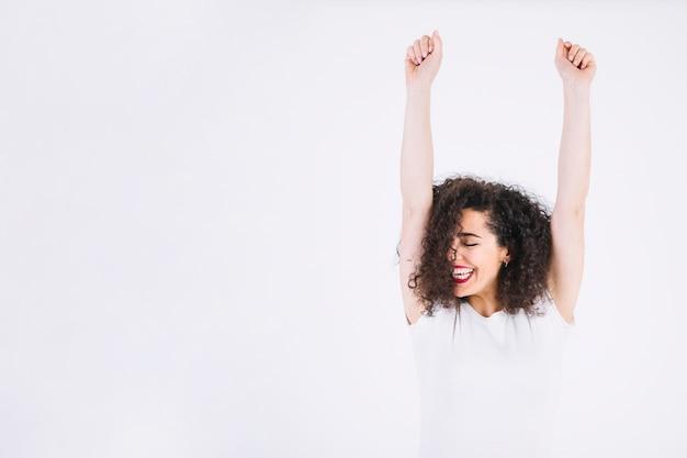 Веселая женщина с поднятыми руками