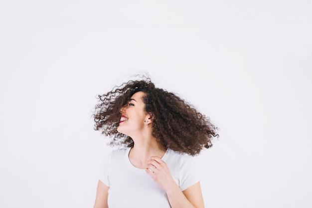 髪を揺する朗らかな女性