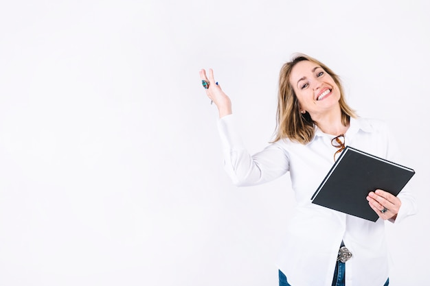 Взрослая женщина с ноутбуком, улыбаясь