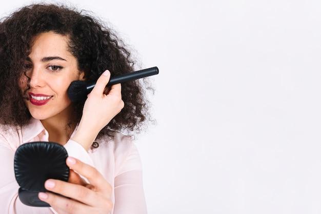 Очаровательная женщина нанесения макияжа