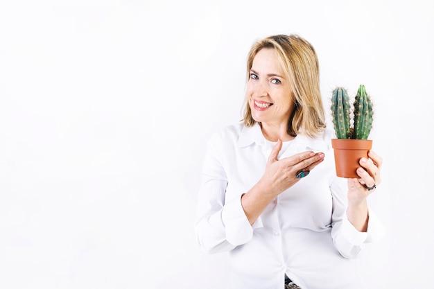Женщина, демонстрирующая кактус