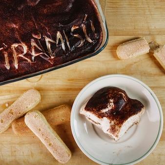 Кусок тирамису и печенья