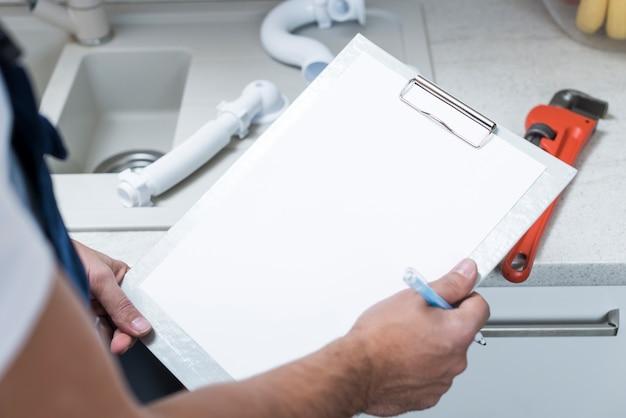 紙のタブレットで作業する作物技術者