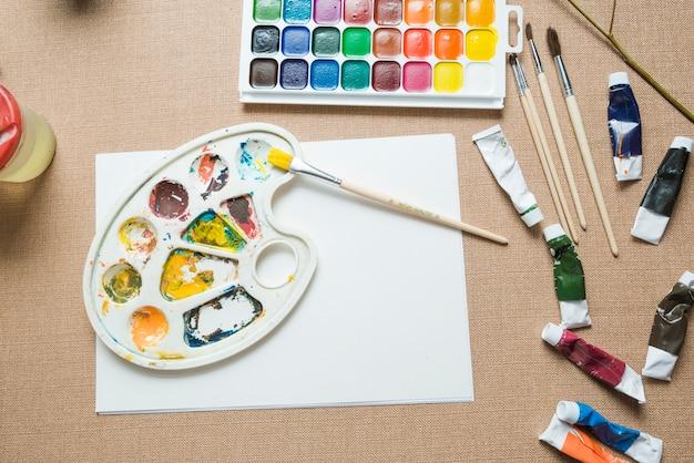 紙シートの近くのパレットと塗料