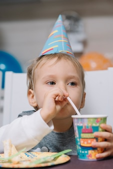 誕生日パーティーで男の子を飲む