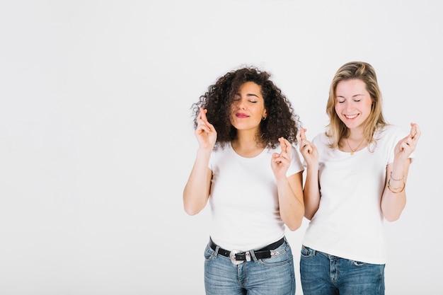 若い女性が指を渡る