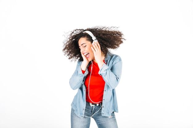ブルネットは音楽を聴き、頭を揺する