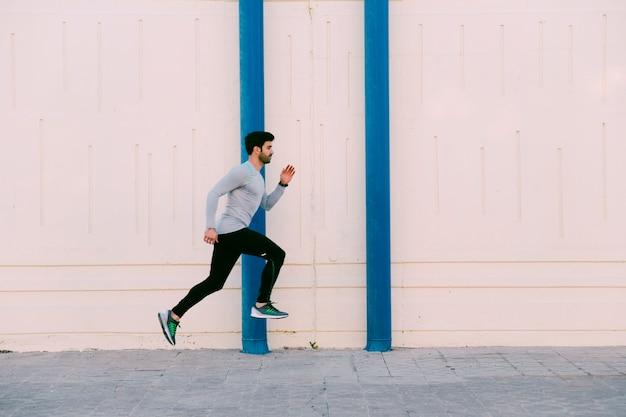 Человек прыгает возле стены