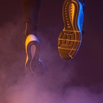 Крупным планом бегущие ноги