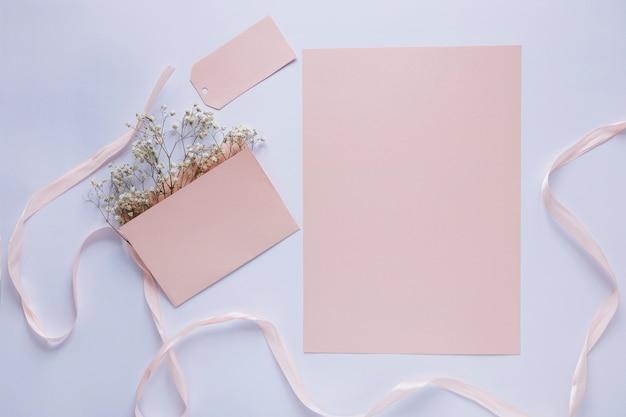 Концепция дня матери с бумагой и карточкой