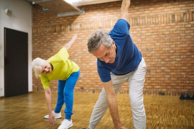 Пожилые люди в фитнес-студии