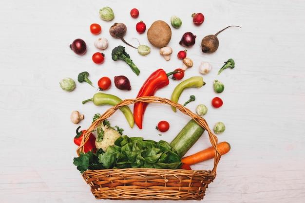 バスケットと野菜の組成