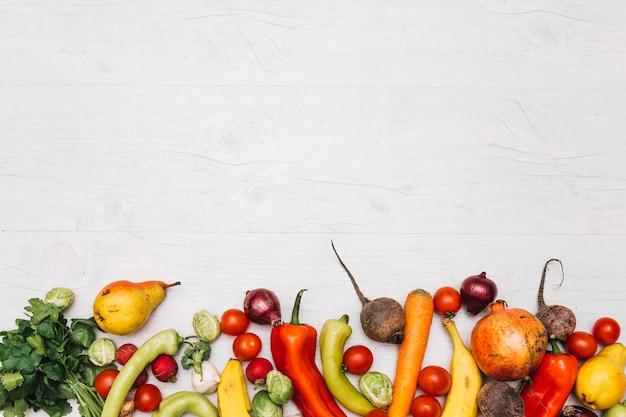 盛り合わせの果物と野菜