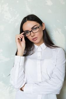 Чувственная брюнетка в модных очках