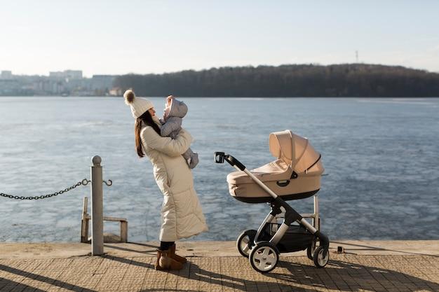 桟橋に赤ちゃんと幸せな女性