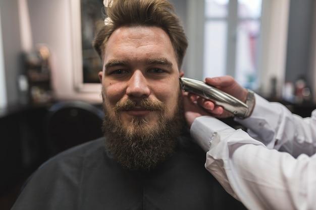 作物理髪師によって剃られた髪を持つ男