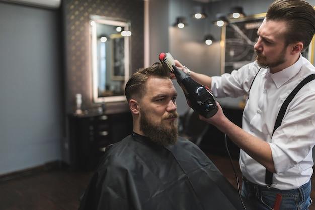 お客様の髪の毛を乾燥させる