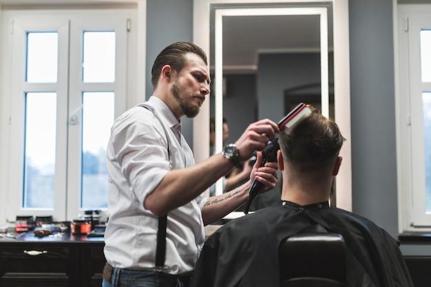 匿名の顧客の毛髪の脱毛