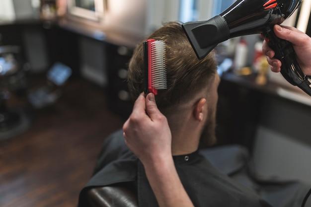 上の理髪師のくしゃみと髪の乾燥