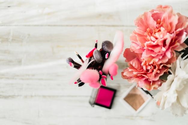 Сверх косметики рядом с цветами
