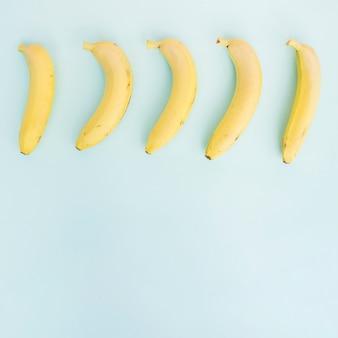 Ряд бананов на синем