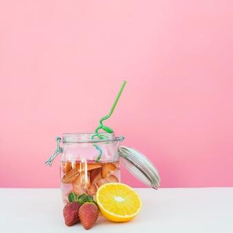 Банку с освежающим ягодным напитком