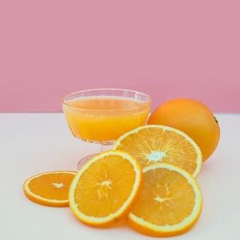 新鮮なオレンジジュースをガラスで絞る