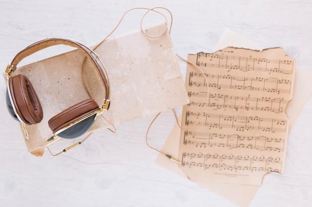 ヘッドフォンの近くのヴィンテージの楽譜